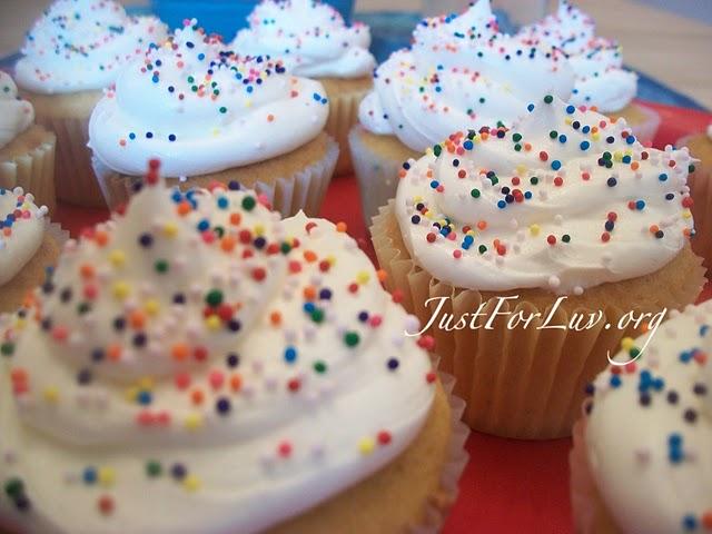 http://3.bp.blogspot.com/_bPX6-R7Fd8I/TEnVui2h9QI/AAAAAAAAA8A/kwG-j1Vpkyc/s1600/c.cakes+2.jpg