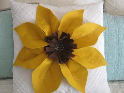 http://2.bp.blogspot.com/_cpaLL1aiITw/TDZRWhxvIkI/AAAAAAAAAZw/KhKoYxUjmnQ/s1600/flower+pillow+tutorial+028.jpg