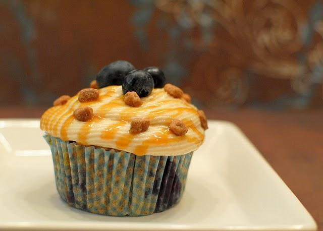 http://4.bp.blogspot.com/_-C_4h8r_w6M/TGy8ftKDNbI/AAAAAAAABfI/ph5pDP8I8Bw/s1600/Blueberry+Caramel+Pecanbon+Cupcakes1.jpg