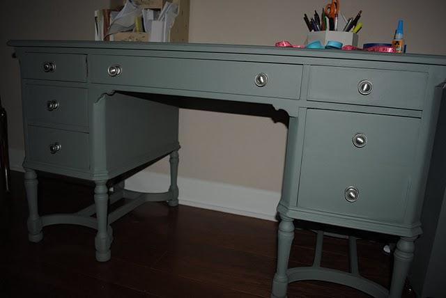 http://2.bp.blogspot.com/_Vekp0QzLqG4/TGbITYnM0SI/AAAAAAAAAI4/BVSdsRIzXX4/s1600/Desk+After2.JPG